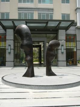 桃園南坎發現紐約銅雕入口意象