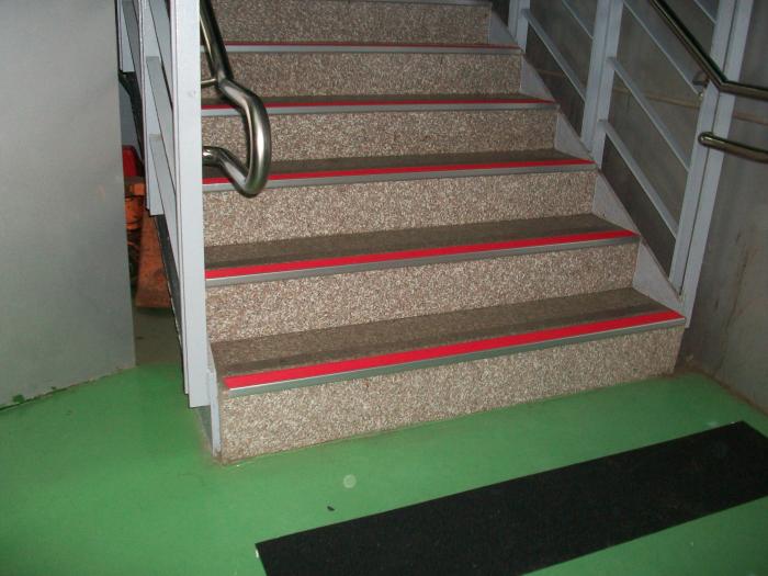 樓梯止滑施工、樓梯扶手、玻璃扶手梯、實木扶手、鍛造扶手