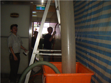 B1停車場污水吊管高壓清洗中