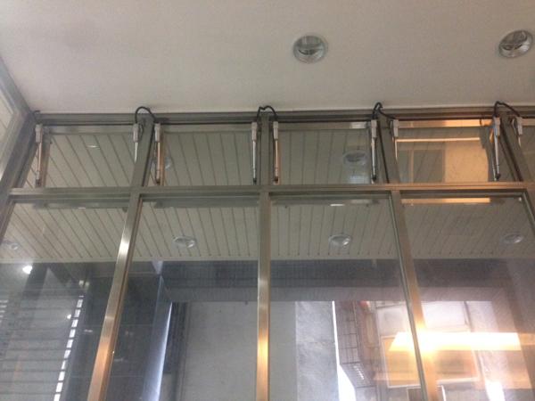 電動推射窗