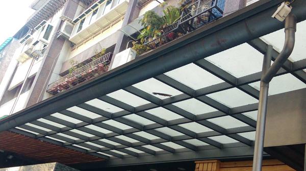 遮雨棚更換、採光罩維修
