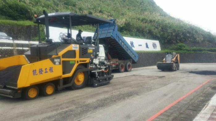 道路路面瀝青柏油舖設鋪裝機施工作業中