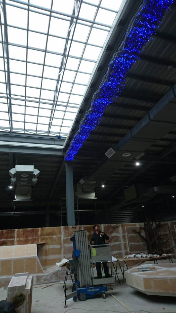 天花板用遮陽網下加星光燈