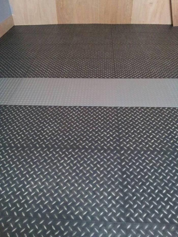 超耐磨~鐵板紋塑膠地磚,黑灰搭配