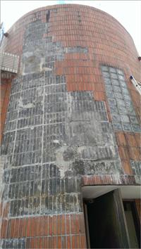 大樓外牆二丁掛磁磚脫落修補中