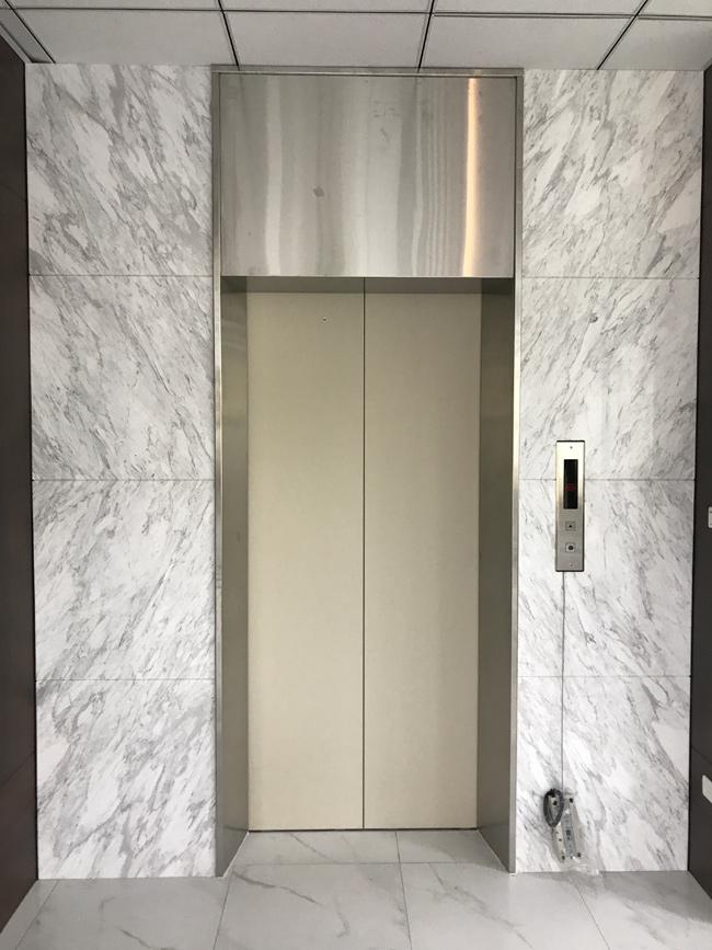 銀狐電梯牆面
