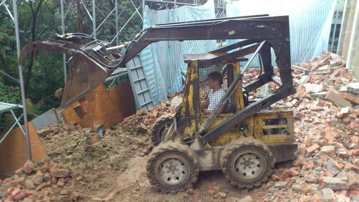山貓剷土機混凝土磚牆拆除作業