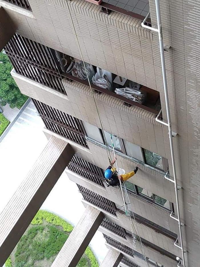 外牆雙繩垂降清洗作業