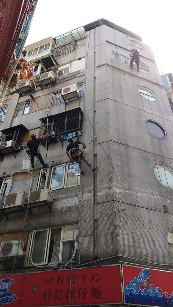 外牆雙繩垂降防水作業