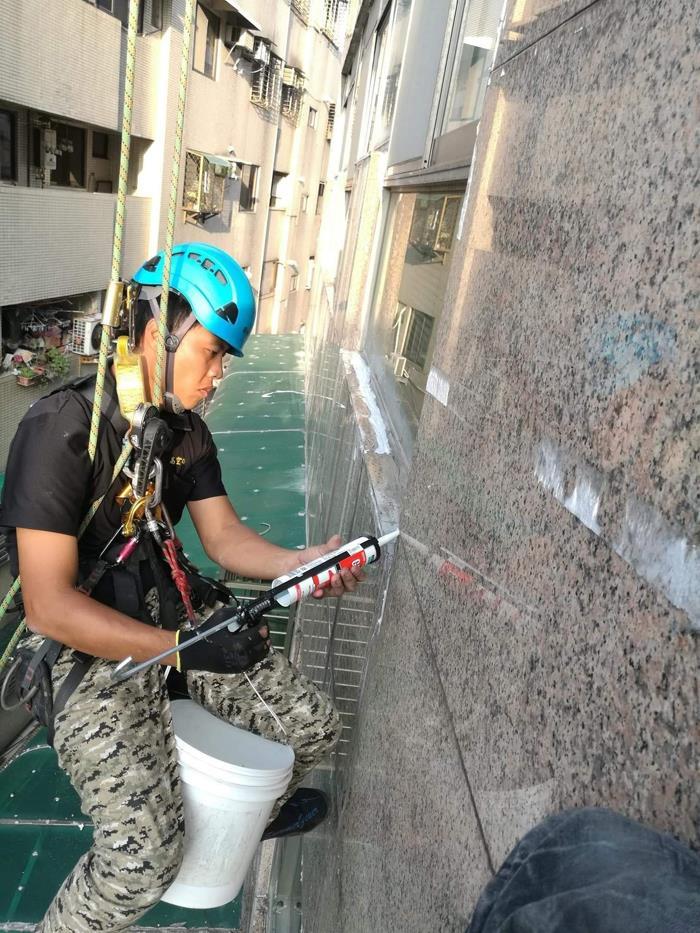外牆雙繩垂降作業