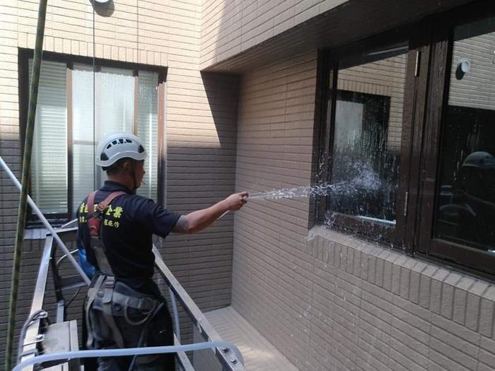 外牆起重機清洗作業
