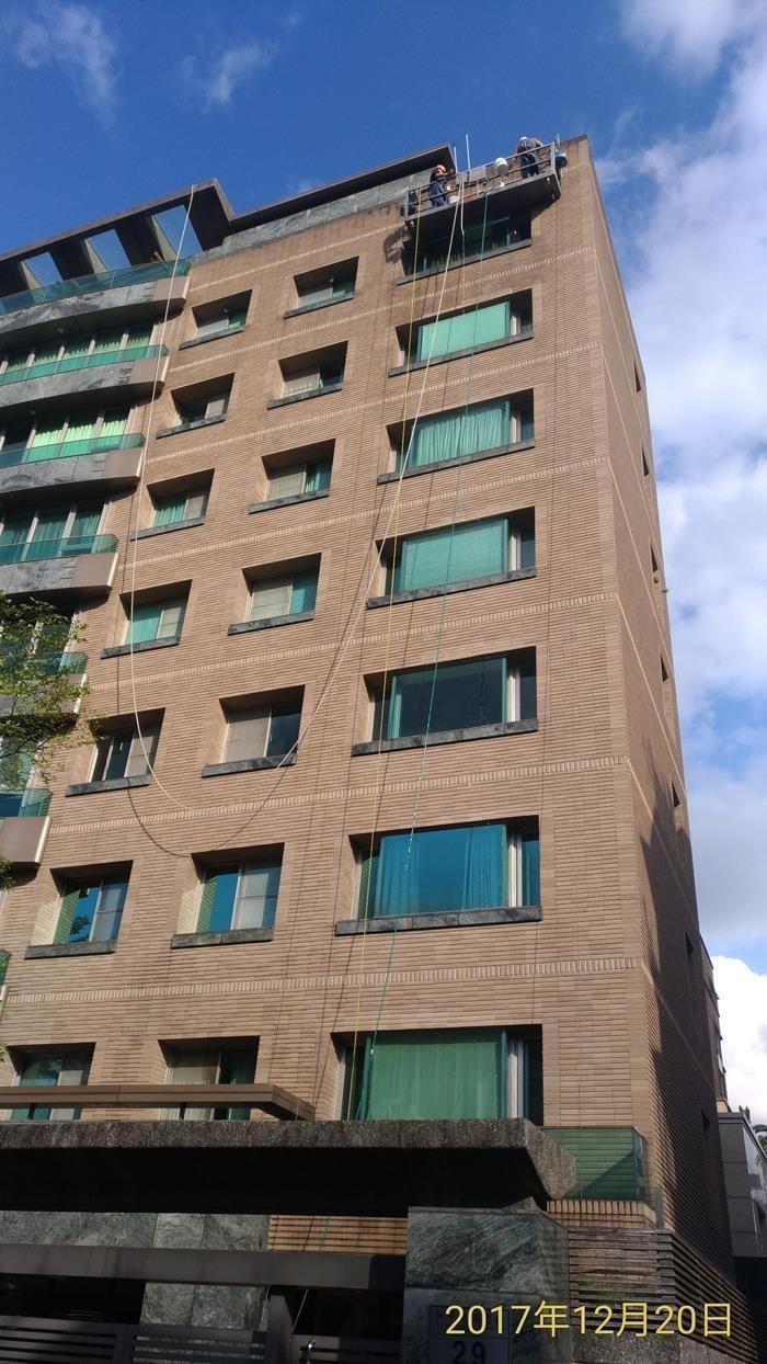 高空外牆洗窗機作業