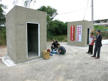 40-隔熱保溫實驗屋完成,研究生安裝感應器材-6