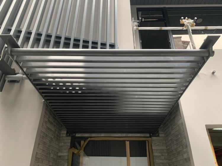 造型雨遮、格柵門、玻璃欄杆立柱