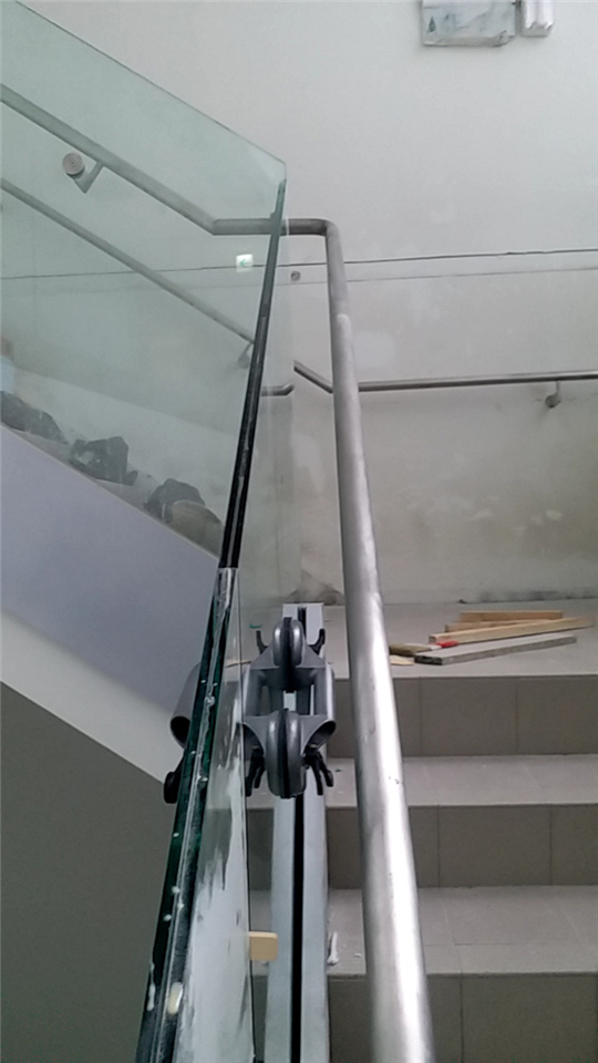 樓梯玻璃安裝及矽膠施打工程