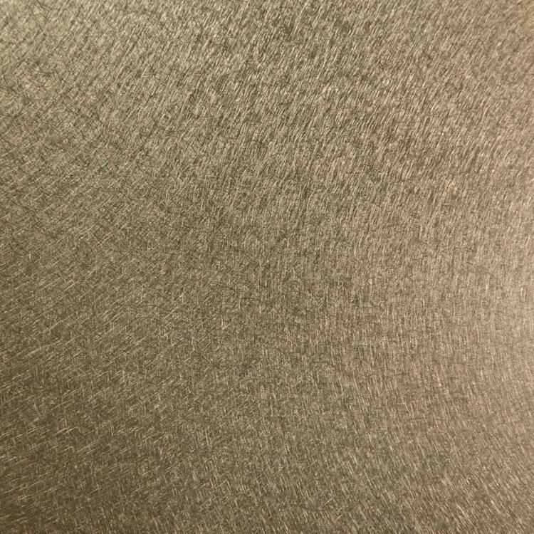 弘毅將金屬表面製作成裝飾花紋