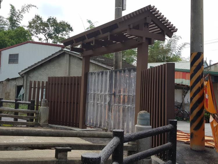塑木管制門