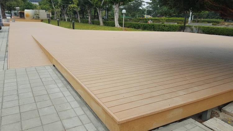 休憩塑木平台