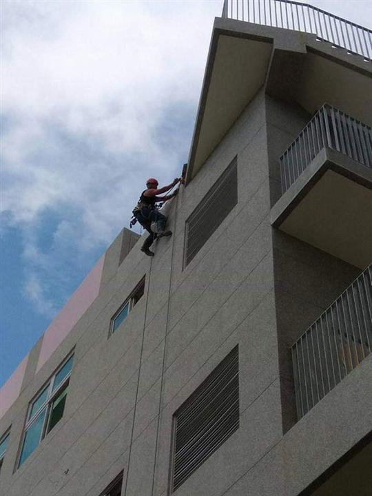 大樓外牆繩索作業