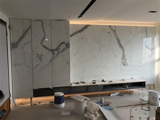 大型仿石紋陶瓷薄板電視牆