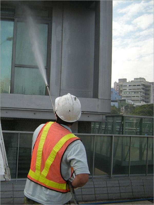 高壓水清洗大樓外牆窗戶