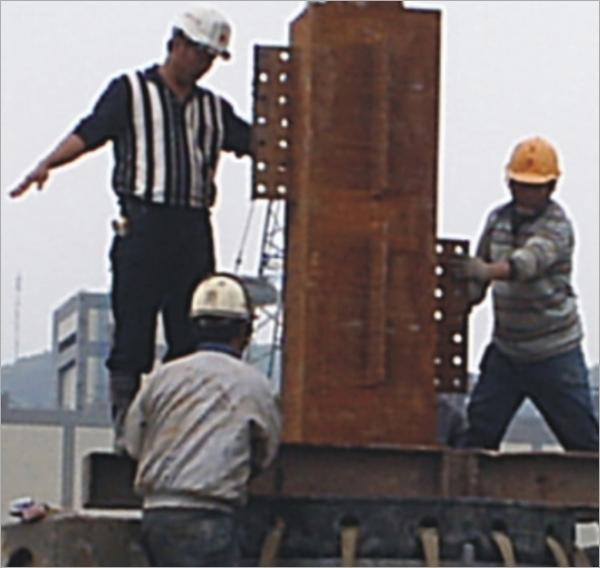 全套管工法逆打鋼支柱吊放現況 (真柱吊放)