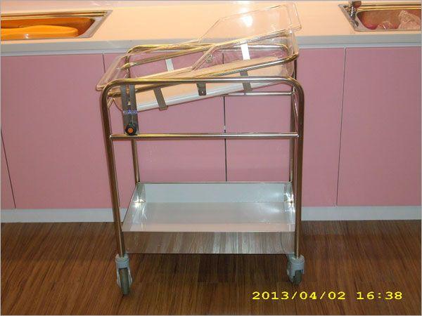 傾斜式嬰兒床