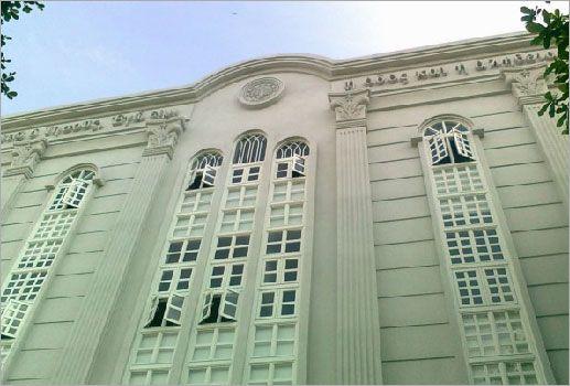 屏东基督长老教会建筑物外墙,罗马柱使用玻璃纤维强化水泥.
