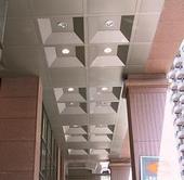 寬骨架金字塔型天花板